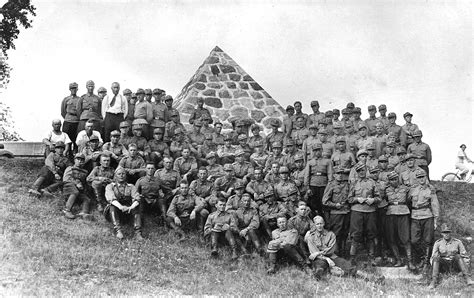 File:Finnish conscripts posing next to the Memorial to the